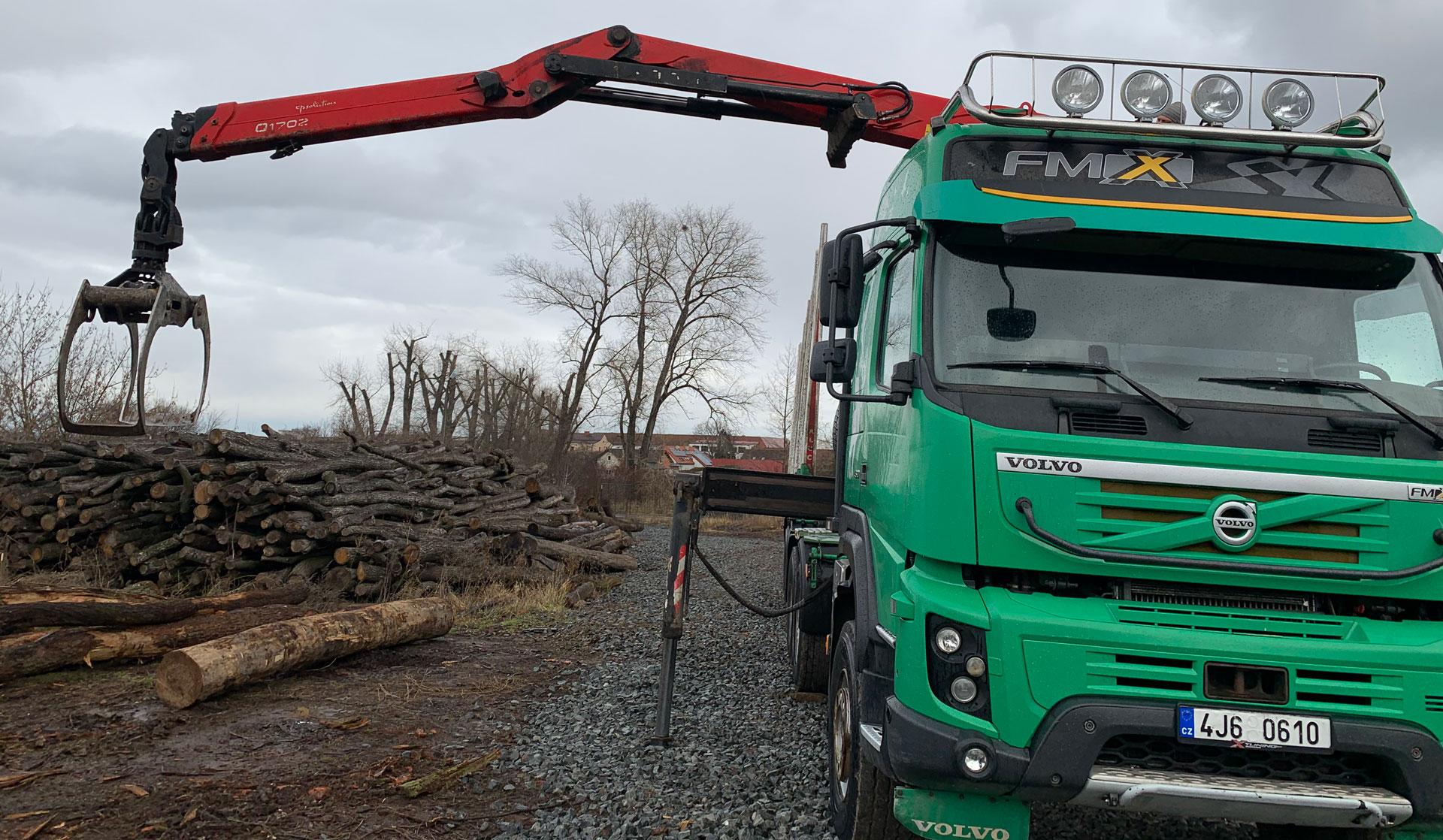 nakládání dřeva (palivového) na kamion mechanickou rukou